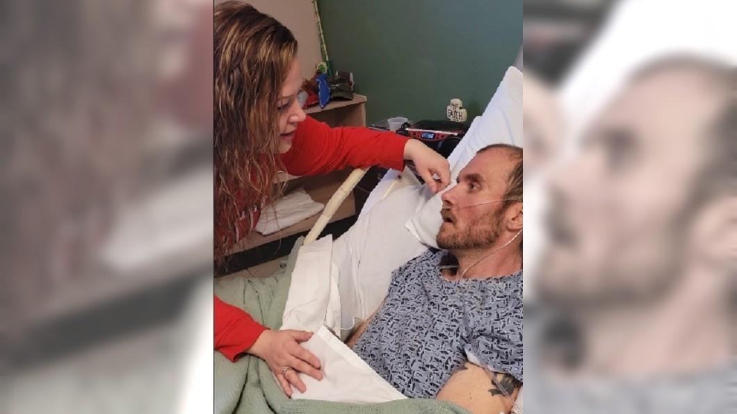 圖/翻攝自 Danielle Gibson臉書影片 哭慘!人妻床邊獻唱45秒 重病夫專心聆聽後離世