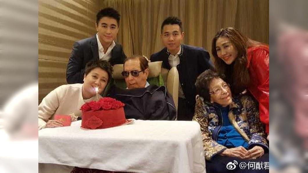 去年11月底何鴻燊在醫院度過97歲大壽。(圖/翻攝自何猷君微博)