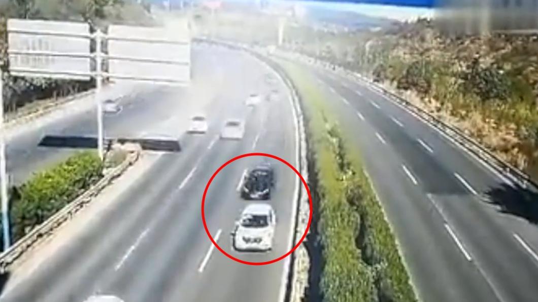 白車突然停下,黑車閃避不及。圖/翻攝自梨視頻