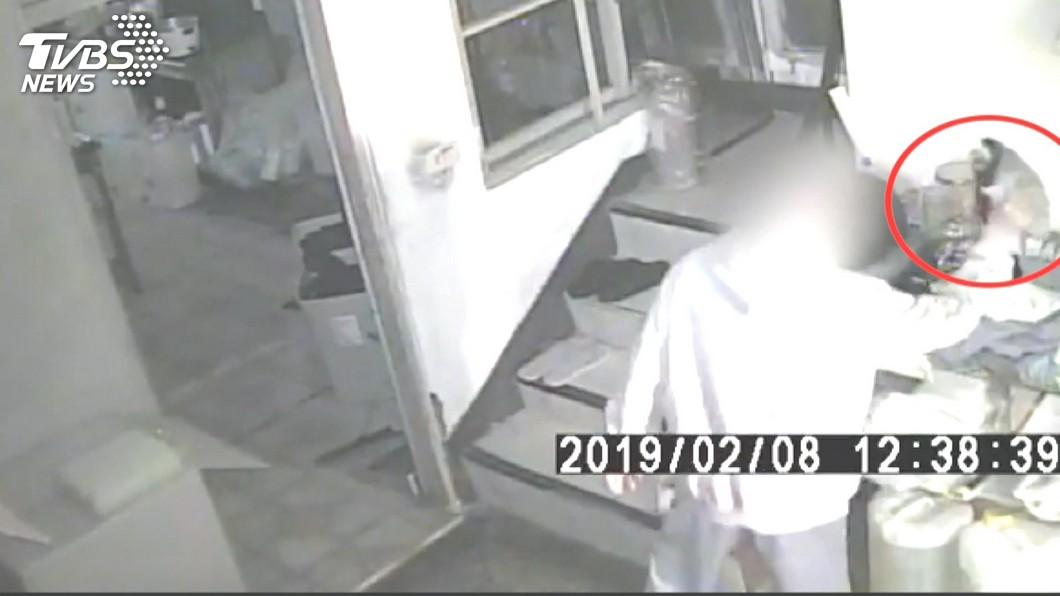 圖/TVBS 禿頭眼鏡男闖飲料店 走後門偷11萬