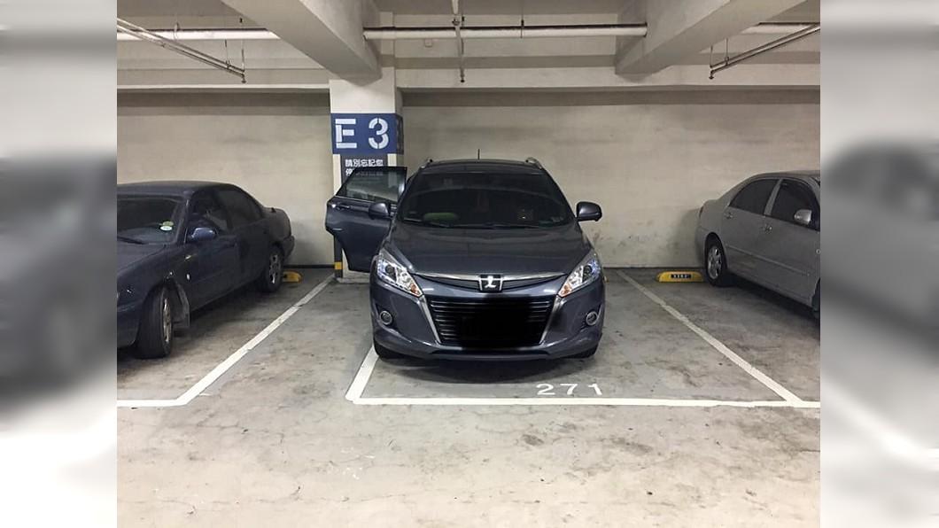網友將車停成這樣被老婆笑笨。圖/翻攝自爆廢公社臉書 停「這樣」被老婆笑笨 老司機狂讚專業:聰明人都會!