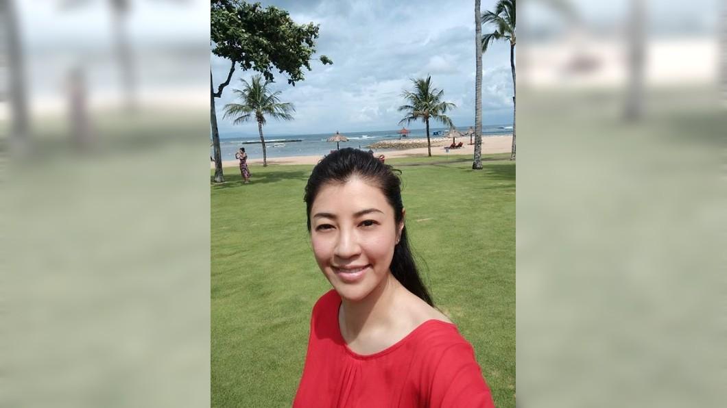 國民黨立委許淑華隨韓國瑜一家人至峇里島度假,卻被記者誤以為當媽。圖/翻攝自許淑華臉書 身旁跟女童許淑華被誤會當媽 急喊:我未婚!