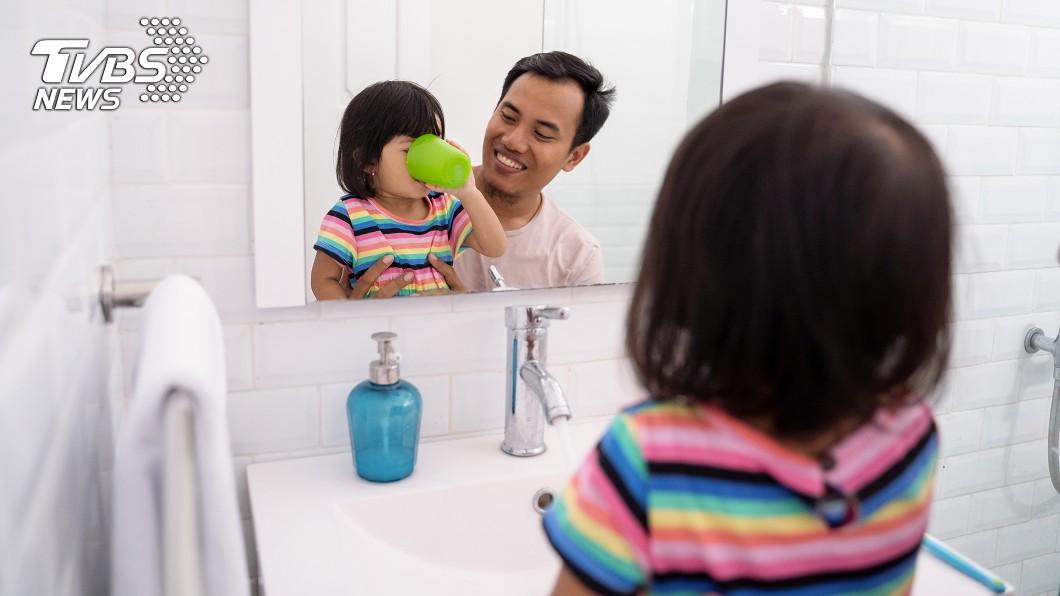 網友的老公很愛幫女兒洗澡。示意圖/TVBS 怕洗不乾淨…老公愛幫小二女兒洗 人妻崩潰:想到都快吐