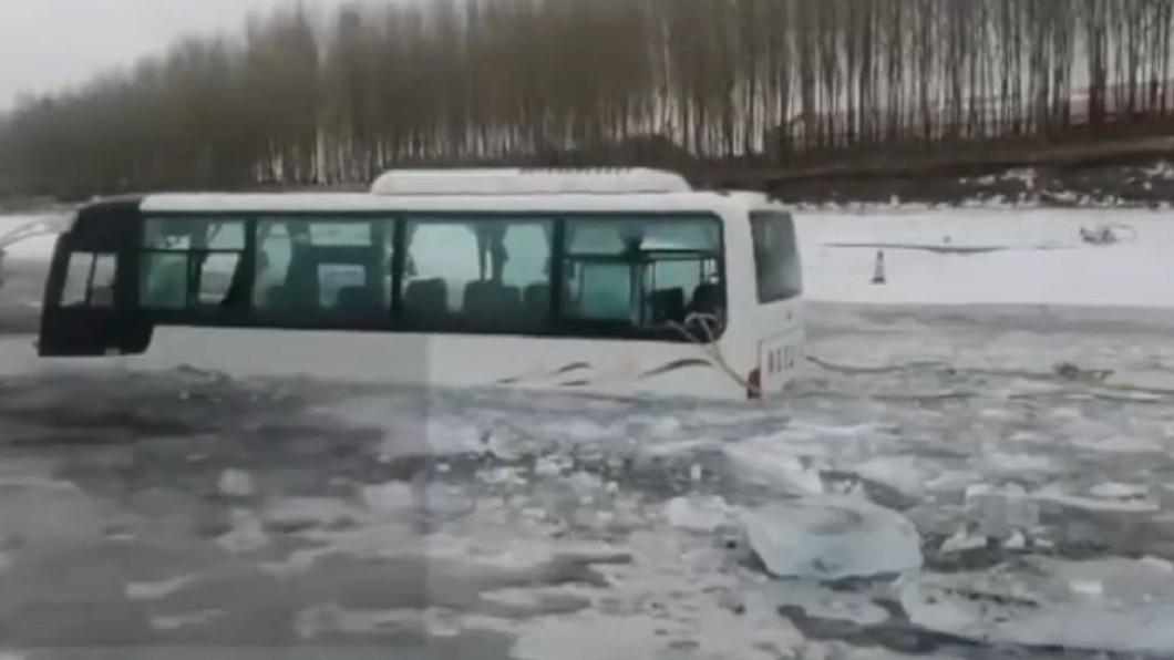客車企圖橫穿松花江,慘凍江中。圖/梨視頻 這樣比較快!冒失駕駛「橫穿」松花江 整車慘凍江中