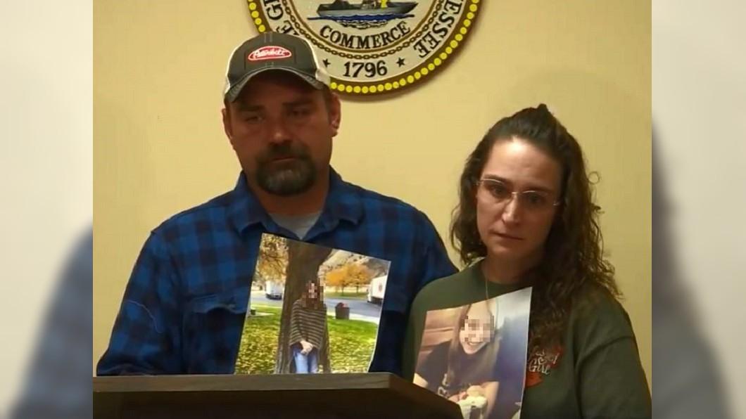 少女的媽媽和繼父曾在鏡頭前哭泣,盼女兒能快回家。圖/翻攝自WVLT臉書直播