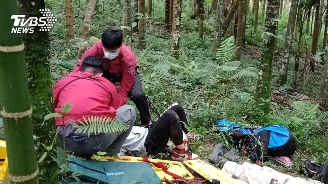 圖/TVBS 花蓮飛行傘墜落 教練無生命跡象、陸客送醫急救
