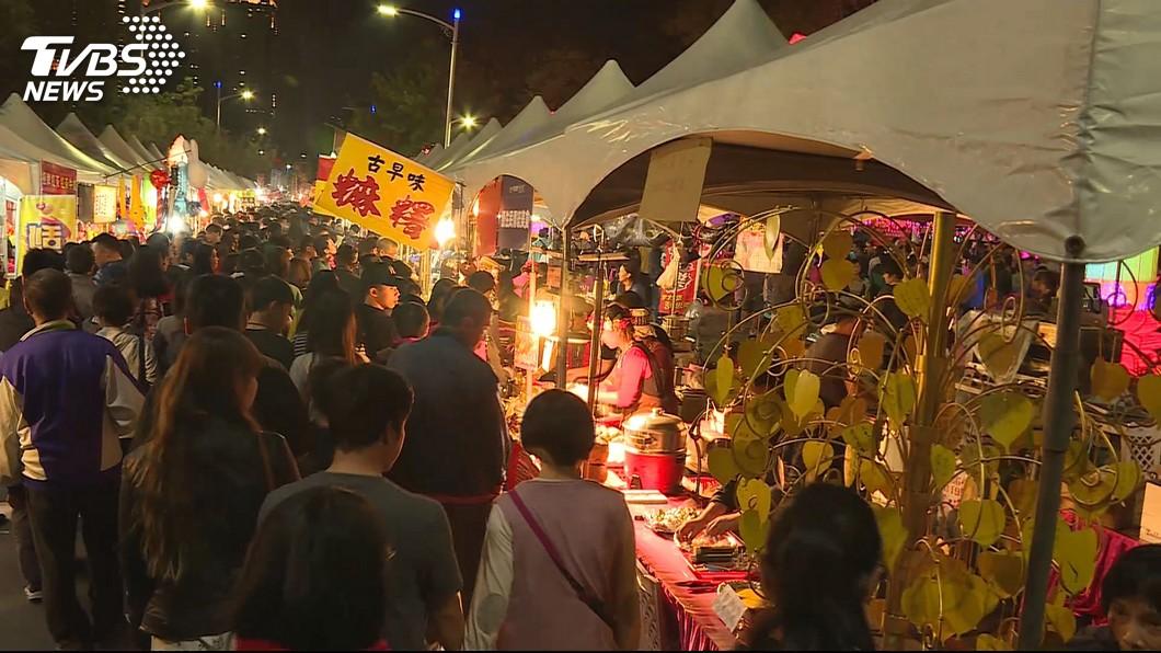 高雄燈會的金銀財寶夜市連日湧入大批人潮。圖/TVBS 都韓國瑜害的?地方大媽狂抱怨 「這件事」揭高雄現況
