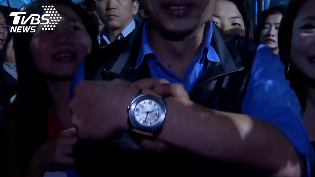 韓國瑜對於王世堅送的錶似乎相當滿意。圖/TVBS