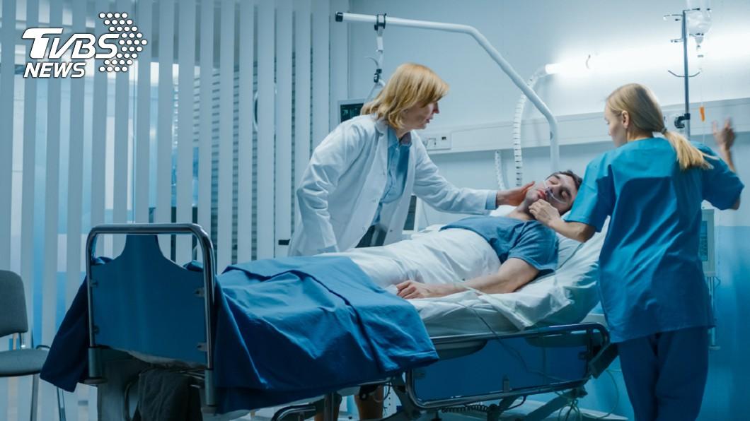 病患被宣告死亡後,大腦仍會殘留數秒鐘的意識。示意圖/TVBS 心臟停止大腦「還在運作」 病患:看著自己死亡