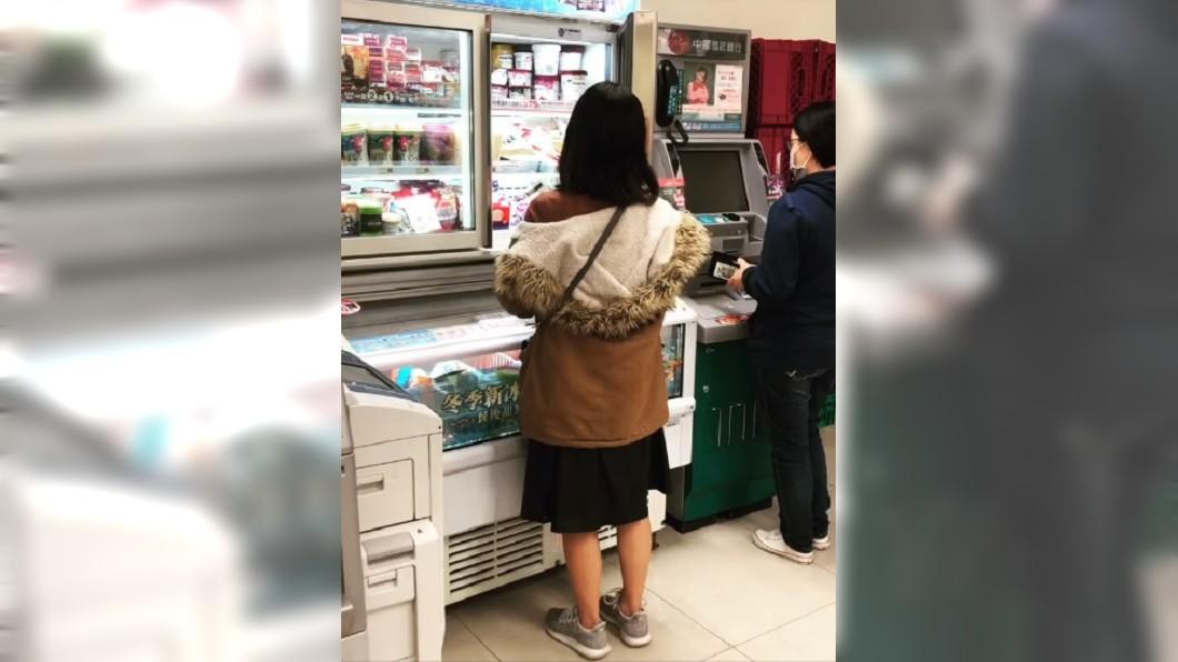 圖/翻攝爆廢公社公開版 她站冰櫃17秒 回頭嬌嗔男友1句話...我娶了!