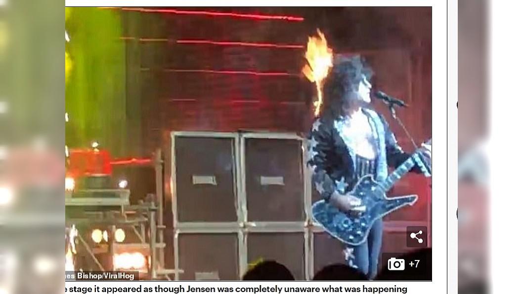 圖/翻攝自每日郵報 真搖滾精神!「火燒爆炸頭」也不怕 吉他手繼續唱