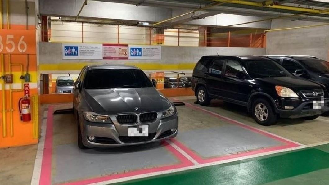 灰色BMW車主不但占用親善車位,還一次跨越2格。圖/翻攝自臉書「爆怨公社」 雙倍無恥!BMW濫用「母嬰親善車位」 還1次停2格