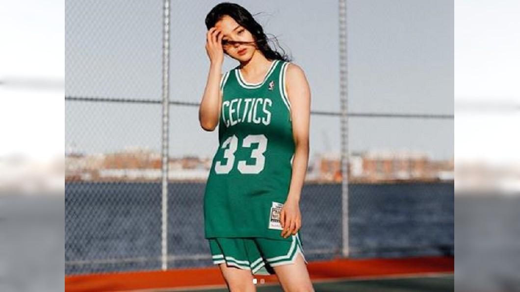 歐陽娜娜拍攝宣傳照,肩膀、手臂位置明顯較粗壯厚實。圖/翻攝自陳冠希IG@edcee3000