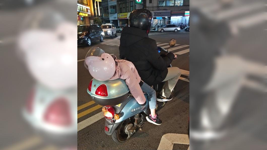 圖/翻攝自爆怨公社 女童睡癱倒後座…爸回1句「雞婆」 網驚呼:超危險!