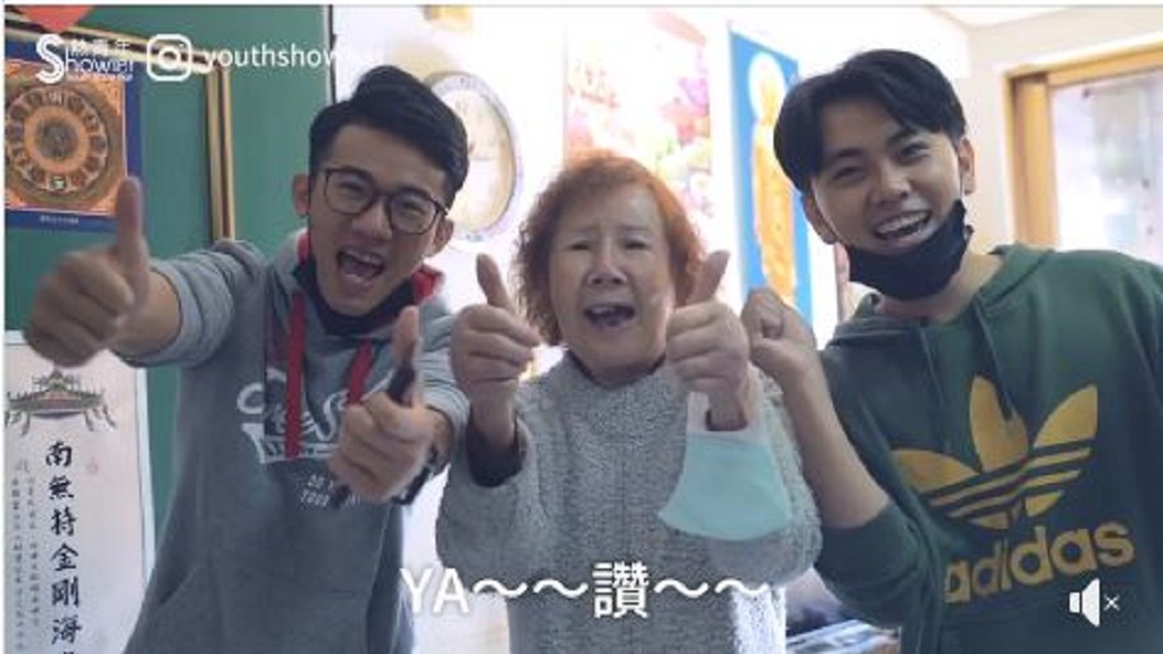 「年輕人Show吧」團隊協助獨居奶奶打掃房間任務成功。圖/年輕人Show吧授權提供 暖心!熱血青年花一下午 幫獨居奶奶清掃百隻蟑螂屋