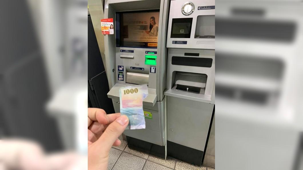 圖/翻攝自臉書「爆怨公社」 「4個小朋友」去哪了?領千元鈔ATM卻吐碎片