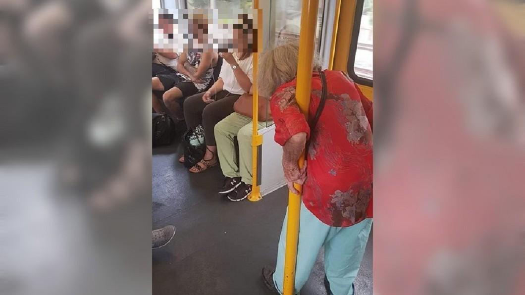 圖/翻攝自 Aussie Aussie Aussie Aussie 臉書 嬤緊抓欄杆…4青年不讓座被罵翻 真相還原網羞愧