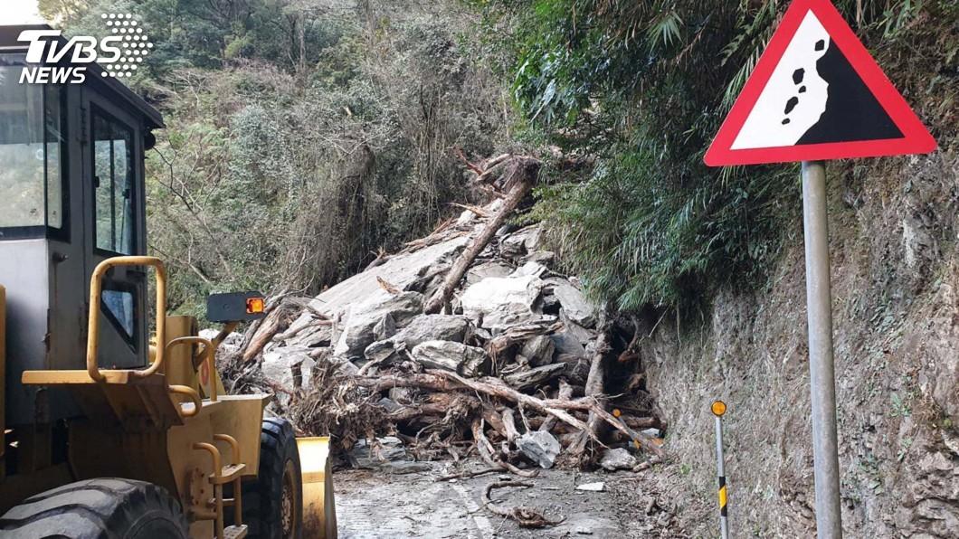 圖/中央社 中橫土石坍交通受阻 預計中午搶通