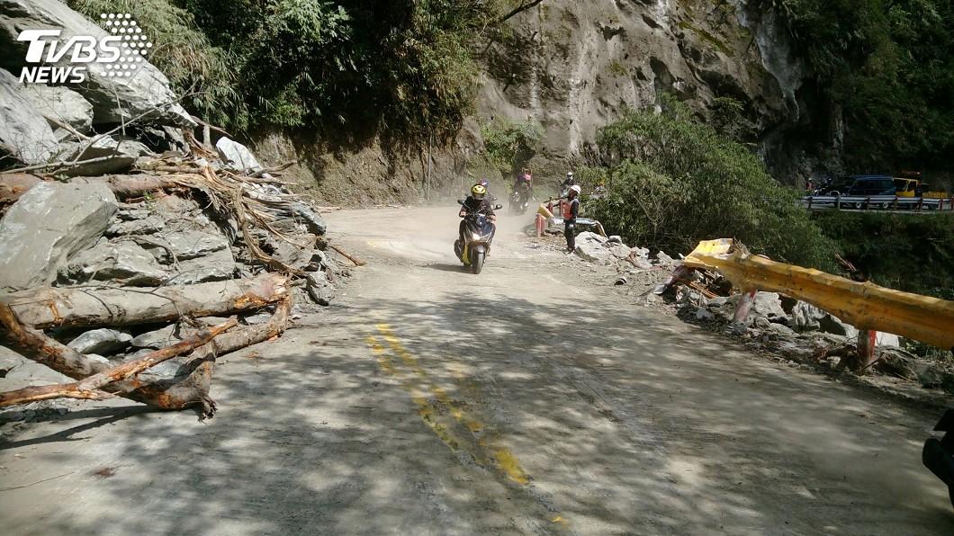 圖/中央社 中橫公路坍方路段搶修 下午已恢復通車