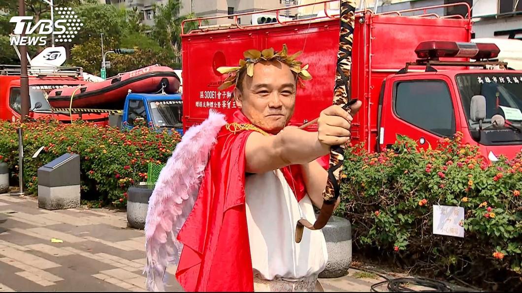 潘恆旭扮成愛神邱比特引起議論。圖/TVBS 「發大財了嗎?」成問候 樂團批:真的很可憐