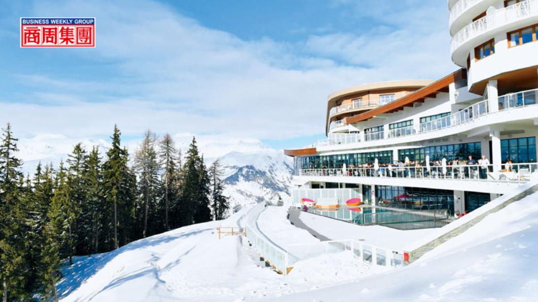 呈流線型外觀設計的度假村沿雪坡興建,旅客在露台欣賞環繞雪景。圖/商周 奢華滑雪度假 當一次歐洲貴族