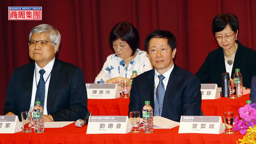 劉德音(右2)與魏哲家(左1)去年接任台積電董事長與總裁,雖採漸進式接班,上任後仍遇逆風。圖/商周 沒有張忠謀的台積電 連環出包內幕