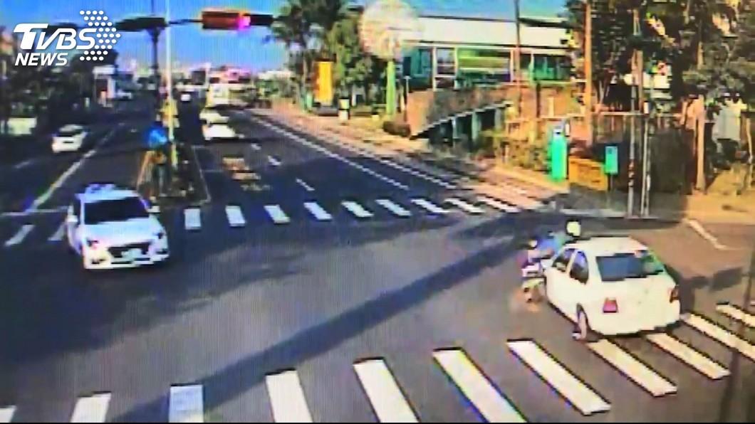 林姓台電員工14日上班途中,遭一輛闖紅燈轎車撞上,送醫不治。圖/TVBS