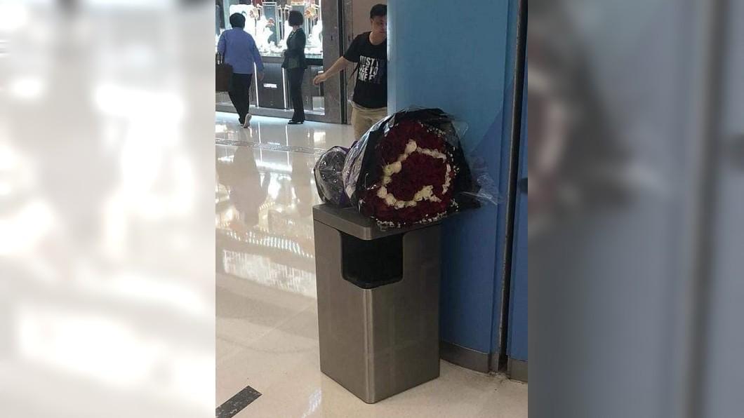 圖/截取自臉書爆廢公社 情人節悲劇… 無奈「連垃圾桶都收到花!」