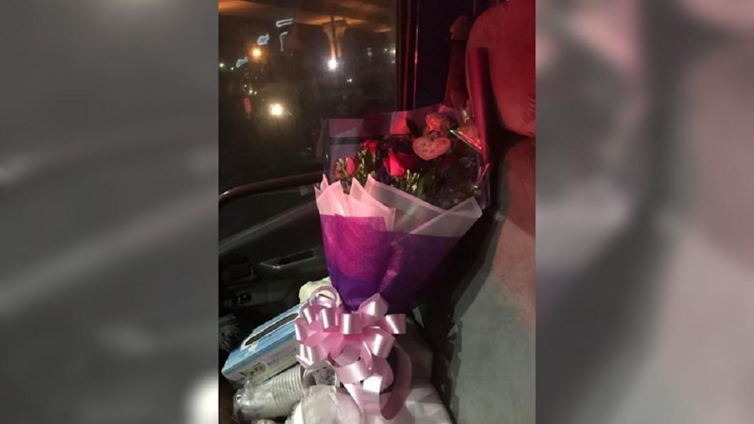 從事殯葬業的男網友特地買情人節花束,卻被老婆潑冷水。圖/爆怨公社 殯葬業老公情人節送花 妻潑冷水「告別式拿的?」