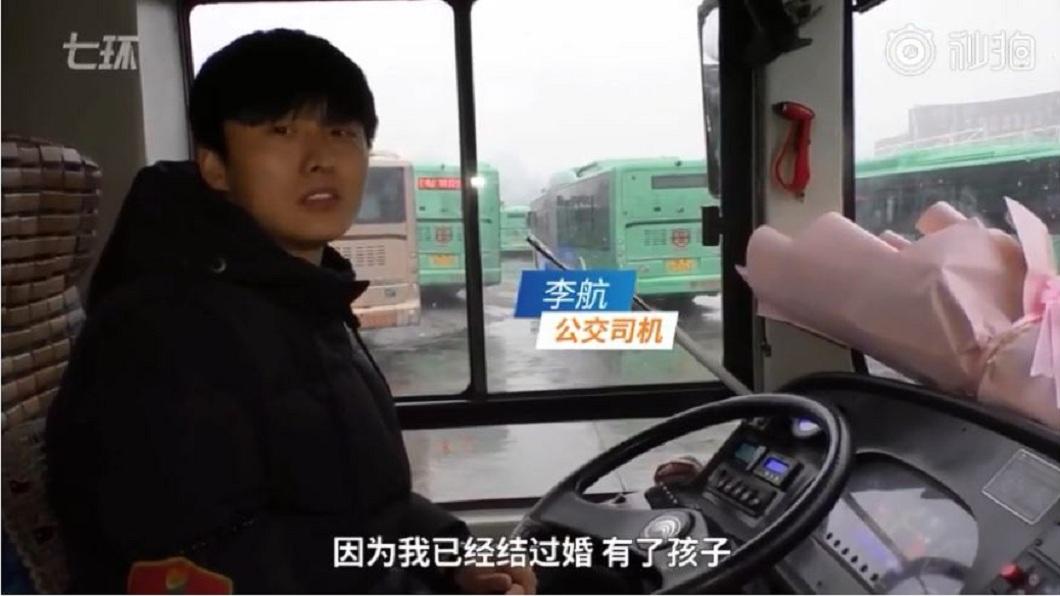 該名公車司機拒絕了美女的請求,而且僅回3個字打槍對方。(圖/翻攝自YouTube)