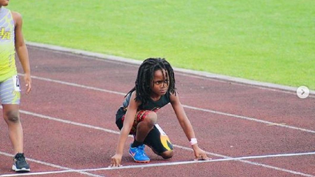 美國一名7歲男童,日前100公尺短跑創下13秒48的紀錄。(圖/翻攝自IG) 狂!7歲男童腳踩風火輪 百公尺13秒48海放對手