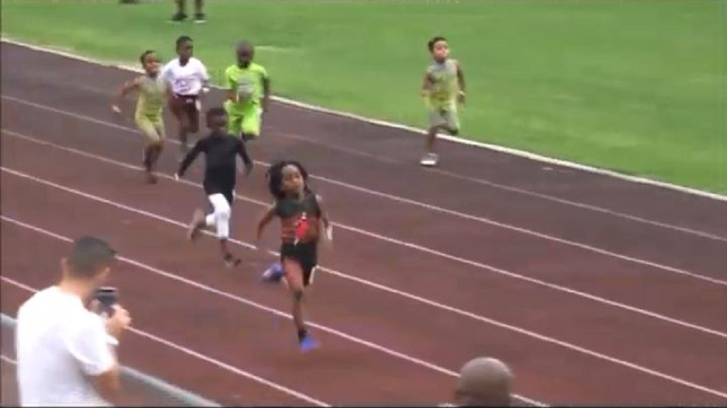 男童在比賽中遠遠超過其他對手。(圖/翻攝自YouTube)
