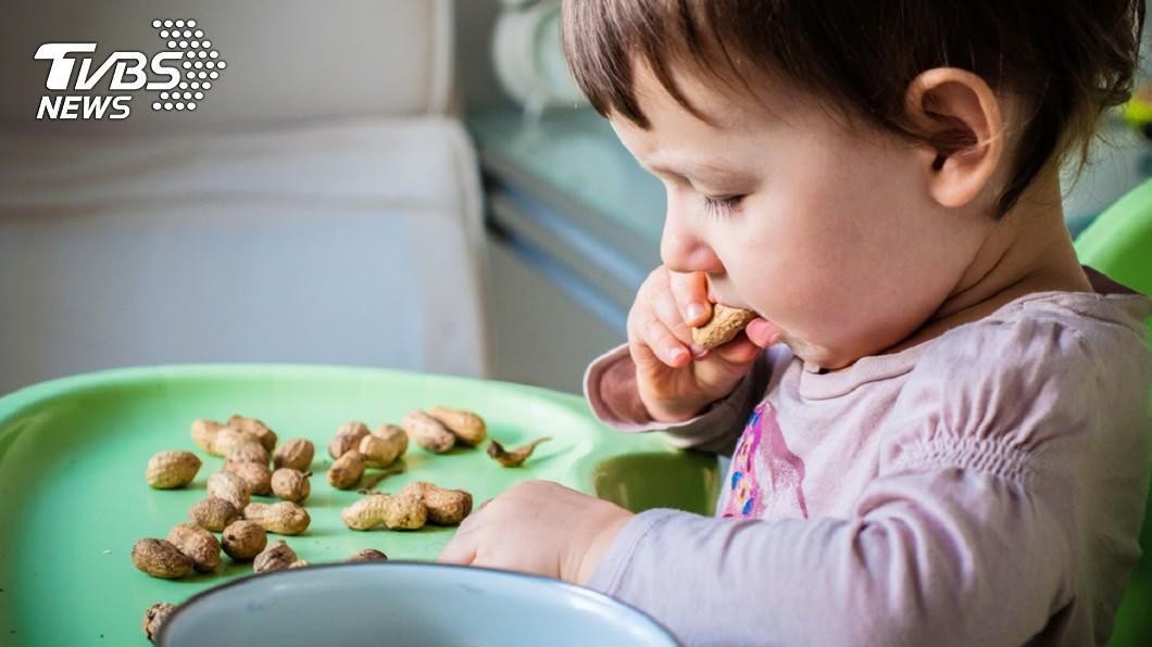 女童過年吃開心果,竟導致右肺塌陷。示意圖/TVBS 童啃「堅果」害右肺陷險喪命 醫師:5歲以下別吃