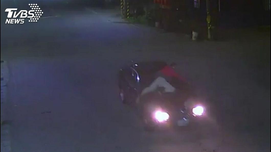 男子為求妻子回頭趴在車子引擎蓋上,駕駛加速甩開他,男重摔不治身亡。(圖/TVBS) 妻和小王同車…夫趴在引擎蓋哀求 車加速被甩飛摔死