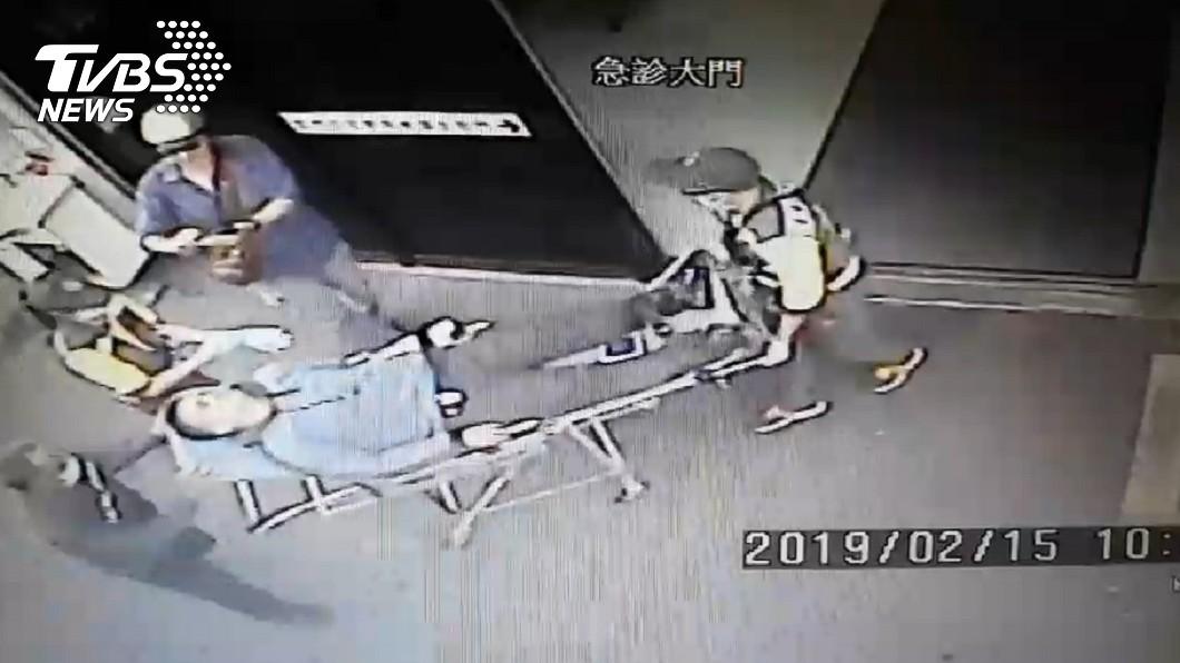 圖/TVBS 市區騎車遇惡煞!台東男遭攔路搶 左手被砍血狂噴