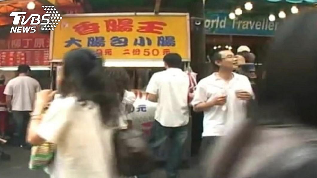 沈聯旺在一中商圈賣大腸包小腸。圖/TVBS