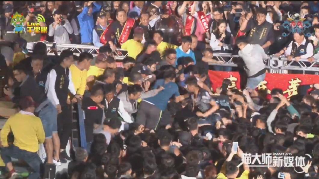 圖/翻攝臉書 百人圍攻「春牛秒分屍」台南鹿耳門花火迎春引暴動