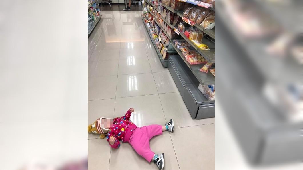 圖/翻攝自臉書爆廢公社 不給買麵包..1歲小女童竟躺地上「心生恨意」耍賴