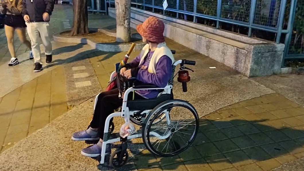 圖/光線 授權提供 輪椅嬤靠殘障補助過活 人行道賣口香糖求溫飽