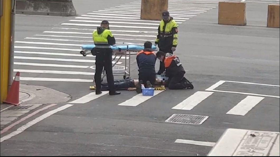 有民眾拍到警消接獲報案,隨即趕到現場替男子急救,無奈送醫後仍回天乏術。(圖/翻攝自爆料公社)
