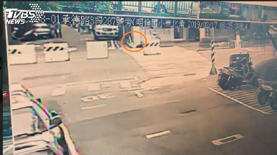北市承德路發生一起男子持刀在路邊自捅身亡的命案。(圖/TVBS) 男子死意甚堅…持刀路邊自戕 倒地再爬起自捅亡