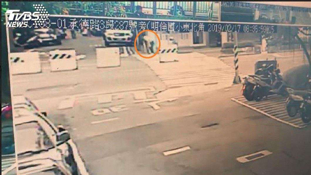 警方調閱監視器發現,男子持刀自捅倒地後,還一度爬起繼續持刀自戕。(圖/TVBS)