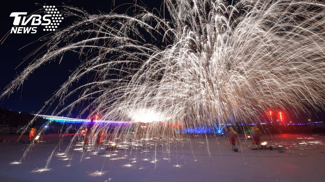 號稱南投燈會最強演出的「銅梁火龍」17日晚間登場。圖/中央社 南投燈會「天下第一火龍」登場 貓羅溪堤防特設攝影區