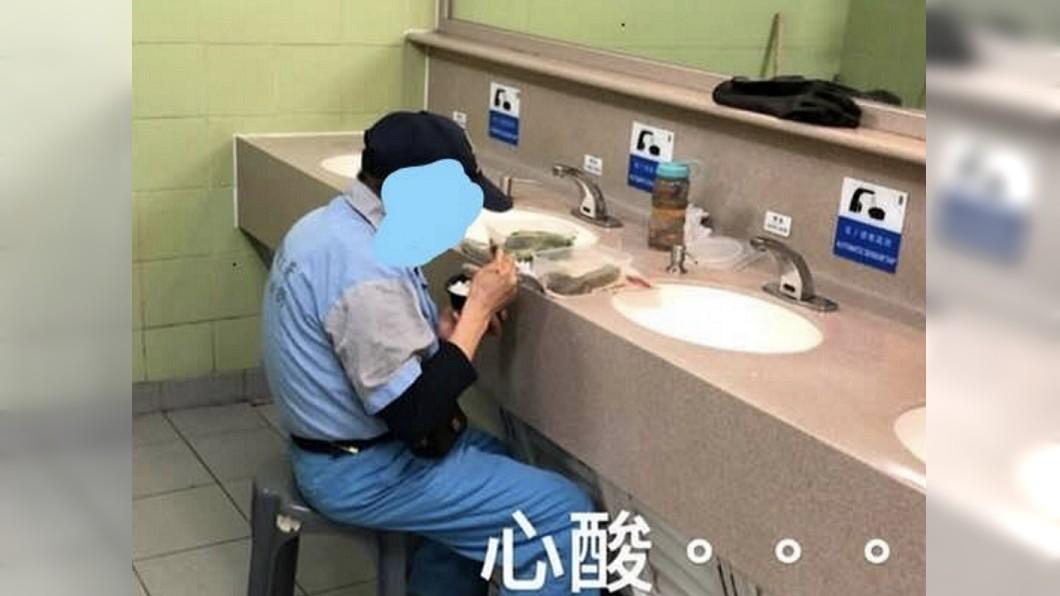 翻攝/臉書 洗手台就是飯桌!清潔工躲廁所淒涼用餐 惹網友不捨