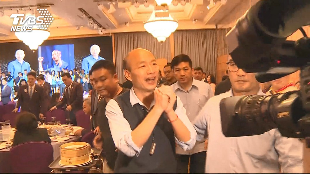 圖/TVBS資料畫面 韓粉不捨市長 向李佳芬舉牌抗議「把他關起來」