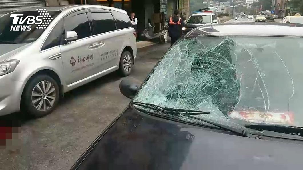 詹姓老翁因撞上林姓兄妹,造成擋風玻璃碎裂。圖/TVBS 7旬兄妹趕公車闖紅燈 遭91歲駕駛迎面狠撞慘死