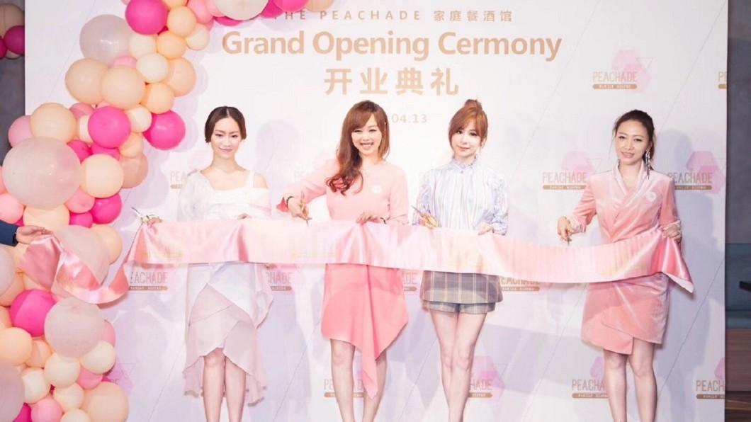 上海餐酒館去年開幕還邀請王心凌出席剪綵。(圖/翻攝自微博)