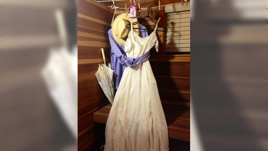 圖/翻攝自爆廢公社臉書 「打結襯衫緊摟婚紗」 過世爺房間讓萬人見證真愛