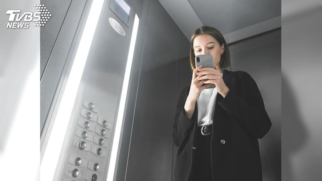 圖/TVBS 妹子進電梯滑手機 突罵陌生人:怎沒問我去幾樓?