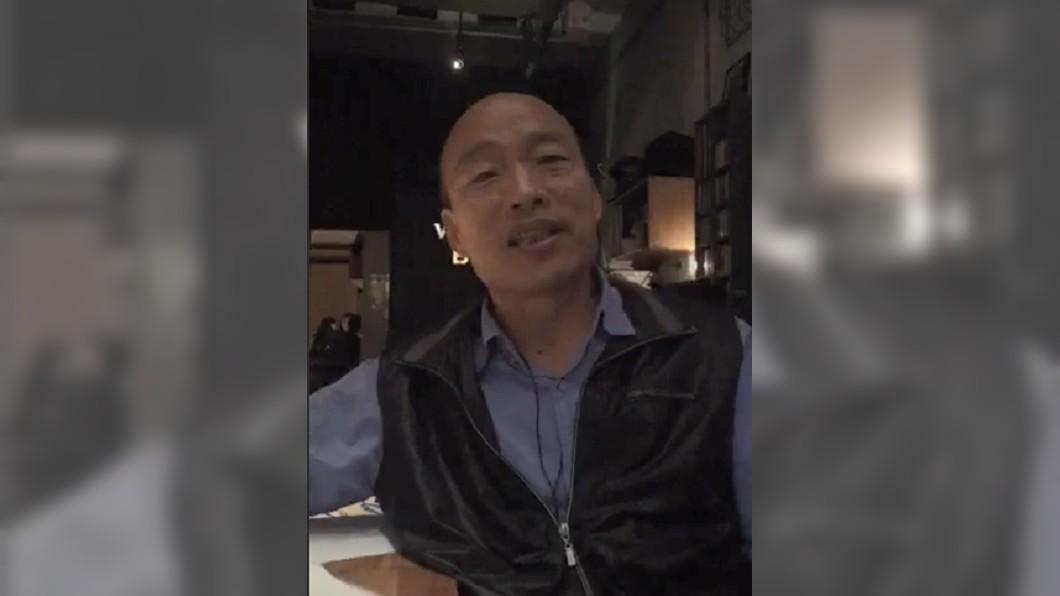 韓國瑜在酒吧直播中痛批中央。圖/翻攝韓國瑜臉書